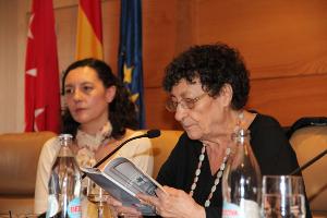 Las poetisas Francisca Aguirre (leyendo) y su hija, Guadalupe Grande.