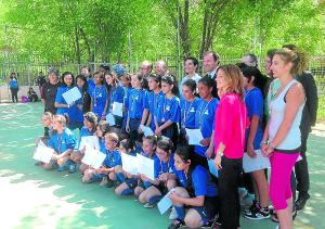 Entrega de medallas a las niñas de la Escuela.