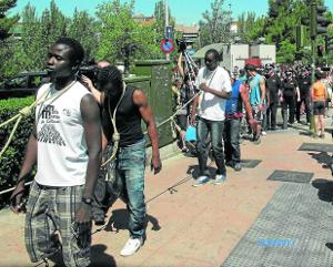 La performance teatral 'Cuerda de presos' recorrió las calles del barrio.