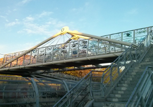 El plan incluye la limpieza de las pintadas en las pasarelas y pantallas.