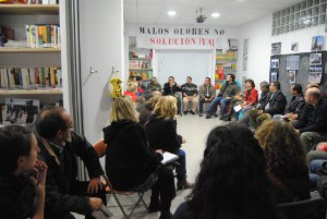 Reunión de afectados en la asociación vecinal del PAU.