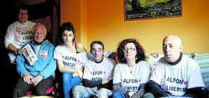 La familia de 'Alfon', durante nuestra anterior visita, antes de la excarcelación del joven vallecano. /Fotos: Vanessa Agustín