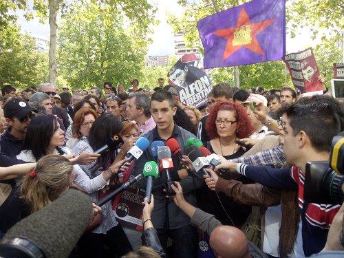 Alfon hablando con la prensa tras el aplazamiento del juicio.