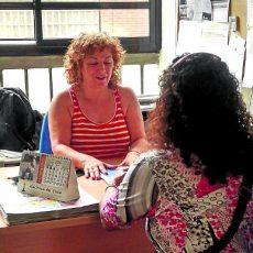 Atención a persona desempleada. /FOTO: Elvira Ojeda.
