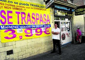 Javier, en la puerta de su pizzería. /FOTO: R.B.T.