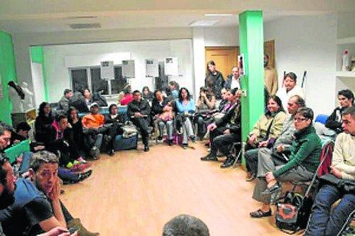 Reunión semanal de PAH Vallecas en La Villana. /FOTO. CS La Villana