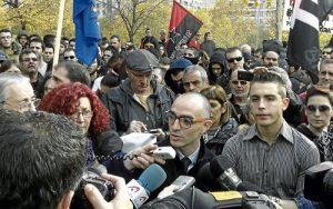 El abogado Erlantz Ibarrondo y Alfon atienden a los medios frente a la Audiencia. /FOTO: Jesús Arguedas