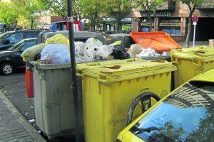 La basura se acumula en el barrio. /FOTO: Coord. AA.VV.