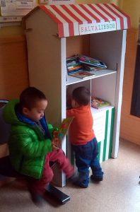 Niños utilizando la biblioteca instalada en el centro de salud Martínez de la Riva.