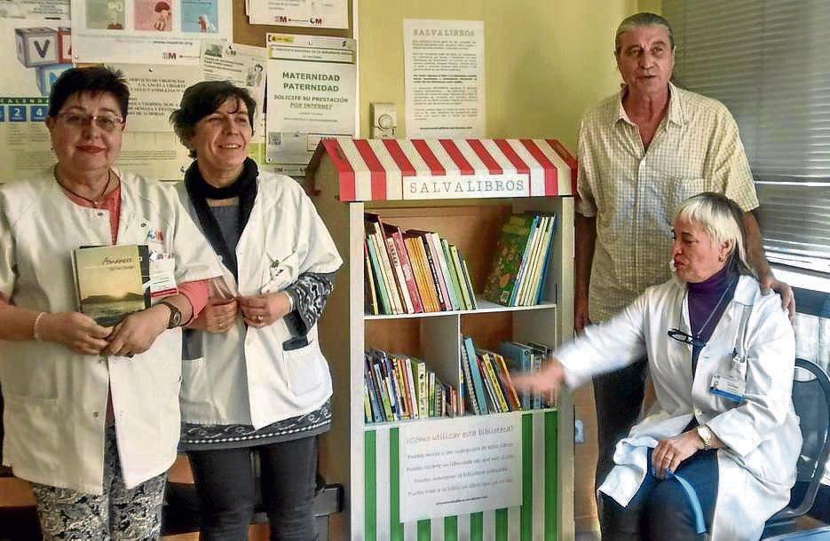 Eduardo y algunas trabajadoras del centro de salud Martínez de la Riva, junto a la biblioteca instalada.