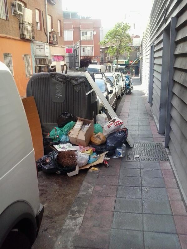 Basura en las calles de Puente de Vallecas.