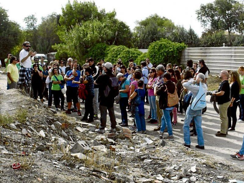 En la actividad participaron 94 personas, incluyendo profesores y profesoras de ocho centros educativos, que pudieron conocer así un poco mejor, de forma directa, la realidad de este barrio.