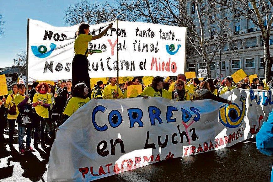 Los trabajadores de Correos reivindican la recuperación de los 23.000 empleos destruidos.