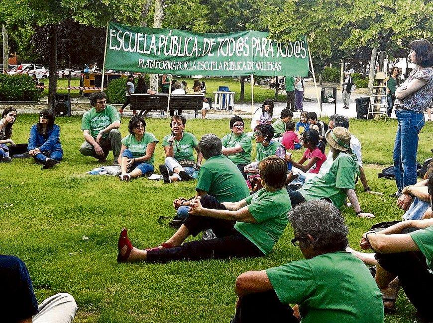 Miembros de la Plataforma Vallekas por la Escuela Pública, en las fiestas de Madrid Sur.