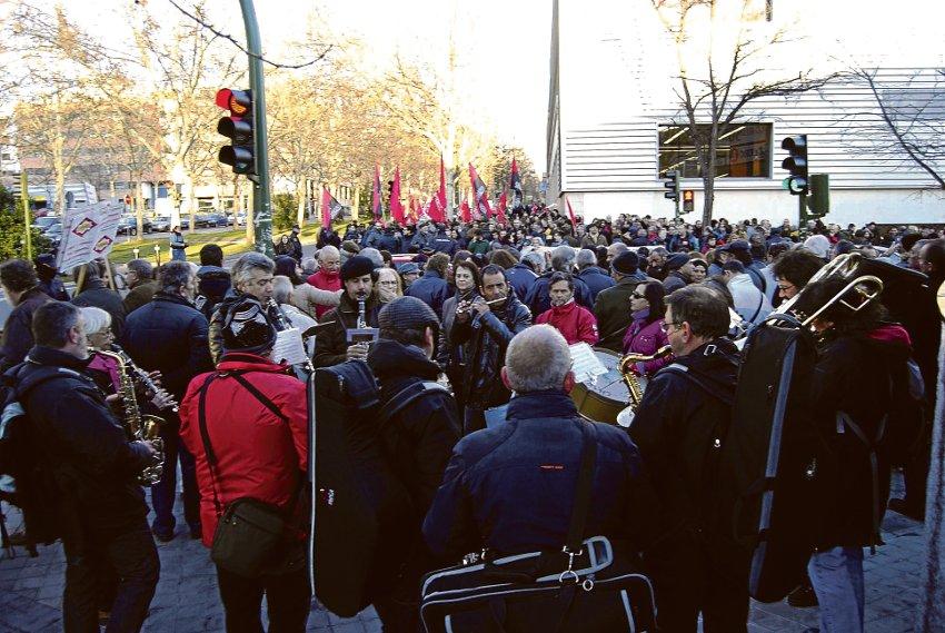 Unas doscientas personas se concentraron el 10 de marzo frente a la Asamblea de Madrid.