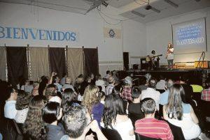 Los alumnos deleitaron al público con música y teatro.
