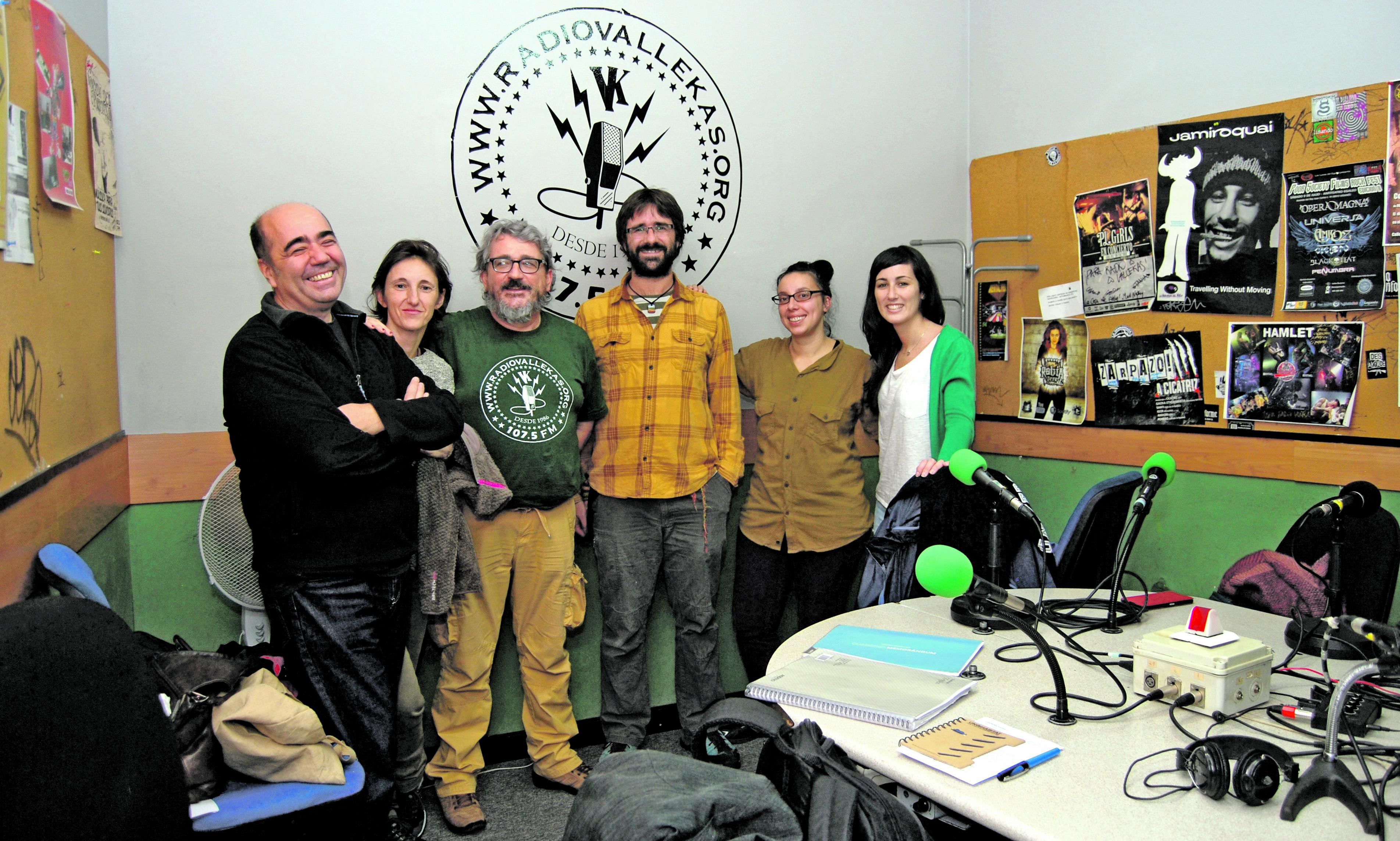 Ruth Caravantes y Daniel García (segunda y tercero por la derecha), durante una entrevista sobre el proyecto CAS en Radio Vallekas.