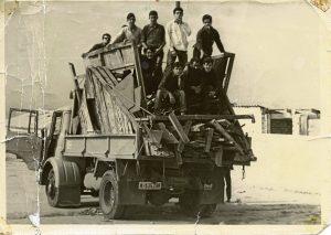 Chicos con materiales de construcción para una Iglesia.