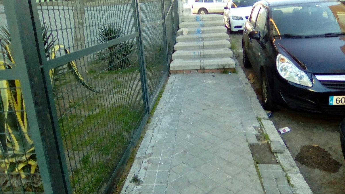 Uno de los muchos obstáculos existentes en el barrio.