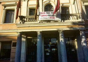 Pancarta en el balcón de la junta de Puente, en el Día Internacional de la Salud.