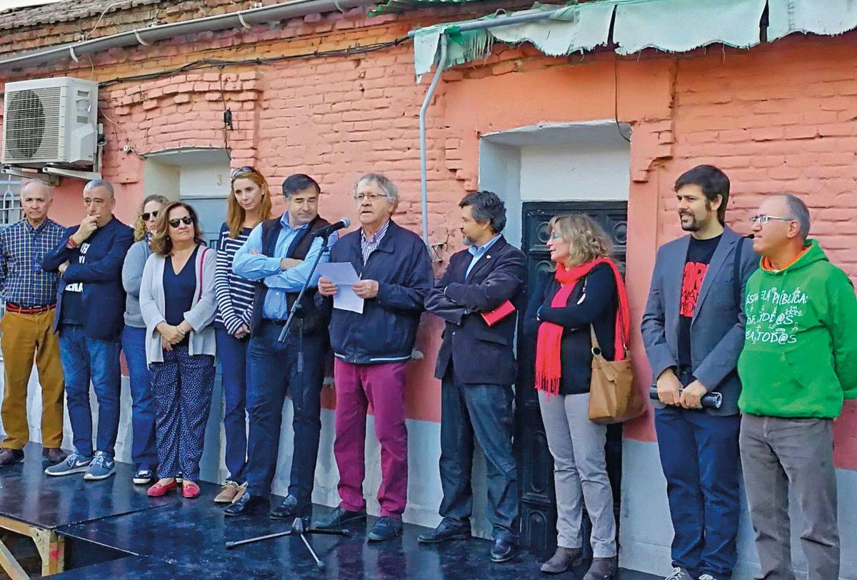 El hispanista Ian Gibson lee la carta abierta a la presidenta de la CAM en el acto celebrado el 28 de octubre.