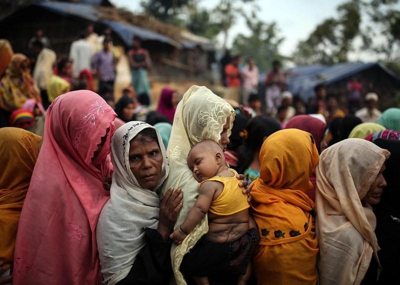 Refugiados rohingyas que huyeron de las actuales operaciones militares en el estado de Rajine, Myanmar, en un campo de refugiados de Bangladesh.