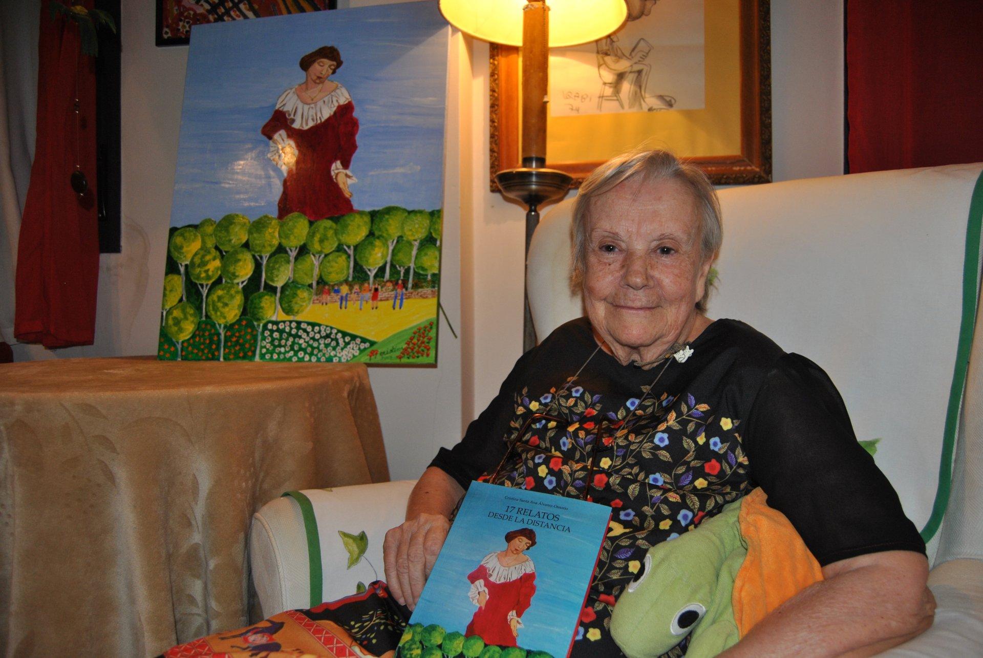 Cristina, en su casa. El cuadro también lo ha pintado esta mujer cuya creatividad no conoce límites.