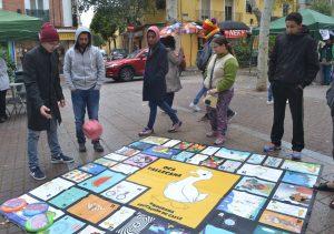 Jóvenes asistentes jugando a la Oca Vallecana