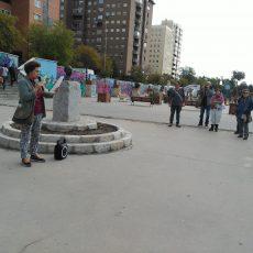 Junto a la escultura de Miguel Hernández en Vallecas.